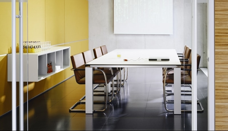 Besprechungstisch der Produktserie s800 für Chefbüros mit einem Tischgestell in Silber und einer Tischplatte aus Melamin in der Farbe Weiß.