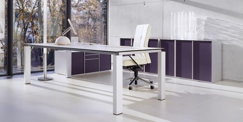 Arbeitstisch der Produktserie s800 für Chefbüros mit einem Tischgestell in Silber und einer Tischplatte aus Melamin in der Farbe Weiß.