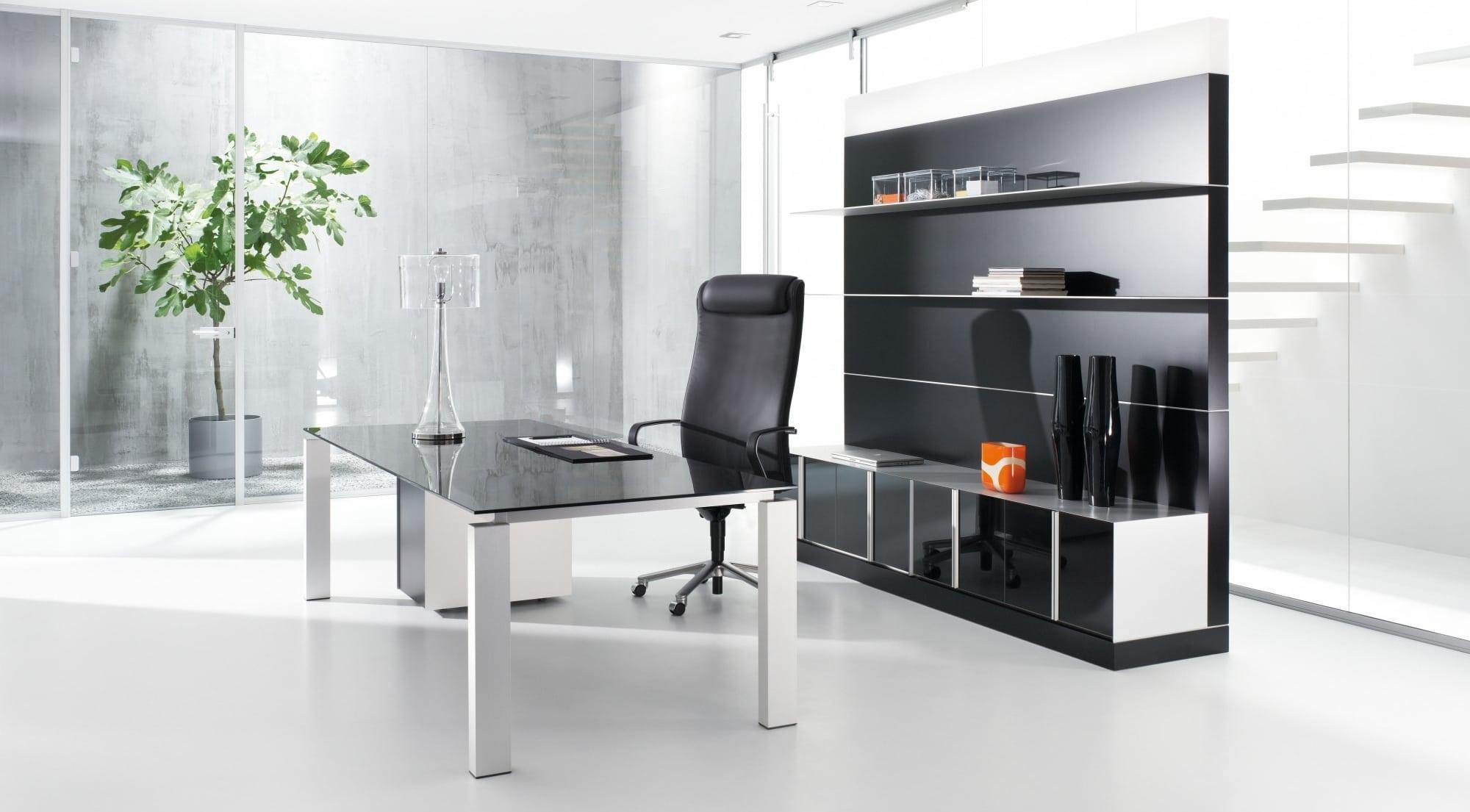 Arbeitstisch der Produktserie s800 für Chefbüros mit einem Tischgestell in Silber und einer Tischplatte aus dunklem Glas.