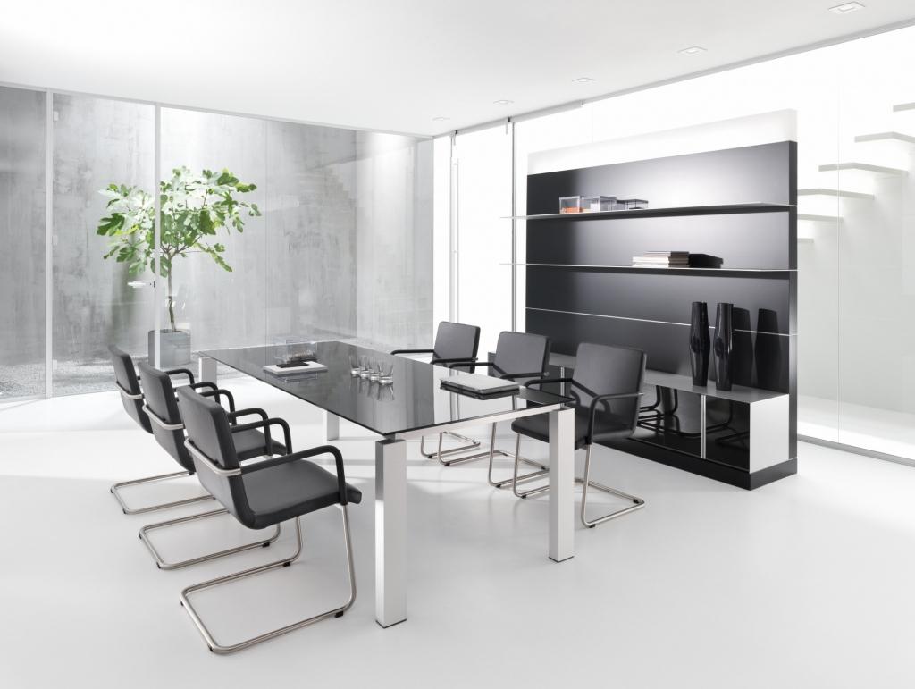 Besprechungstisch der Produktserie s800 für Chefbüros mit einem Tischgestell in Silber und einer Tischplatte aus dunklem Glas.