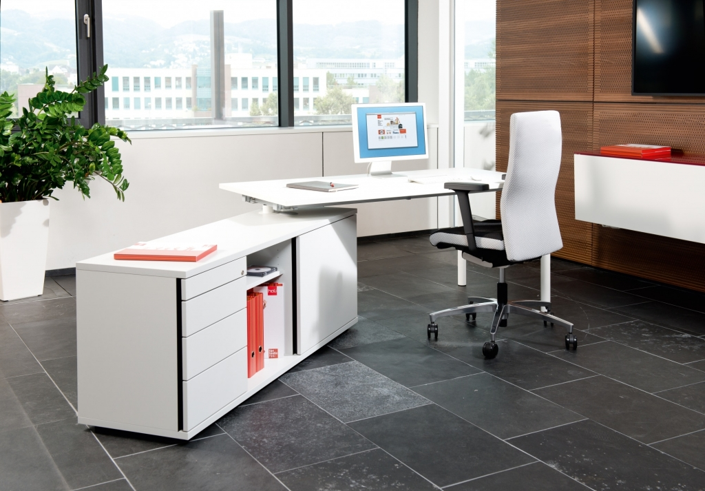 Arbeitsplatz mit Rechtecktisch der Serie s400 mit Sideaboard. Tischgestell in der Farbe weiß sowie Tischplatte und Stauraum in Melamin weiß.