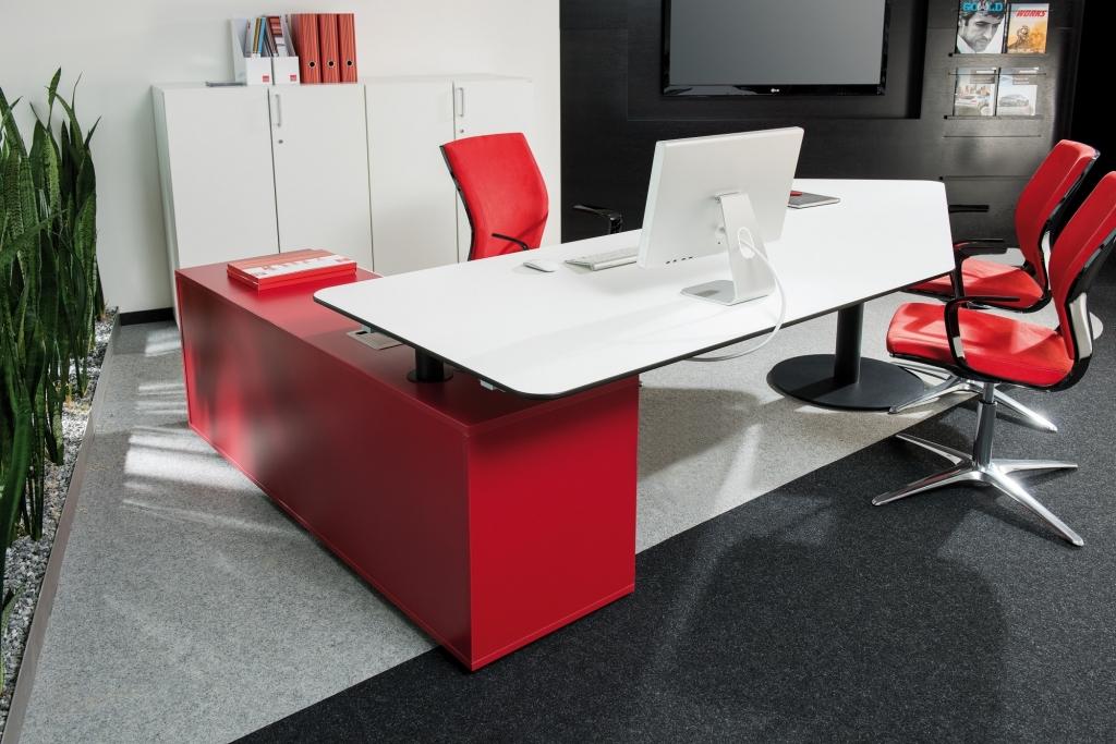 Chefbüro mit Consultertisch der Serie s500 mit Tischgestell in schwarz sowie Stauraum in Melamin rot.