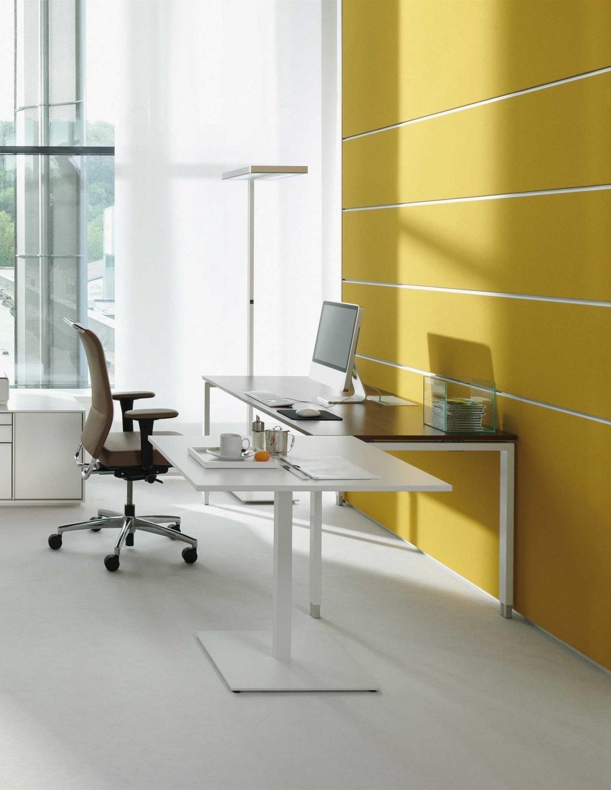 Einzelarbeitsplatz ausgestattet mit s421 Rechtecktisch von hali sowie Drehstuhl, Beleuchtung und gelber Akustikwand.
