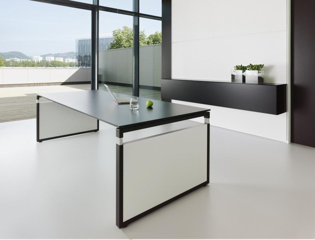 Rechtecktisch der Serie s500 mit schwarzem Tischgestell und Seitenwangen aus Melamin in weiß sowie Tischplatte in schwarz.