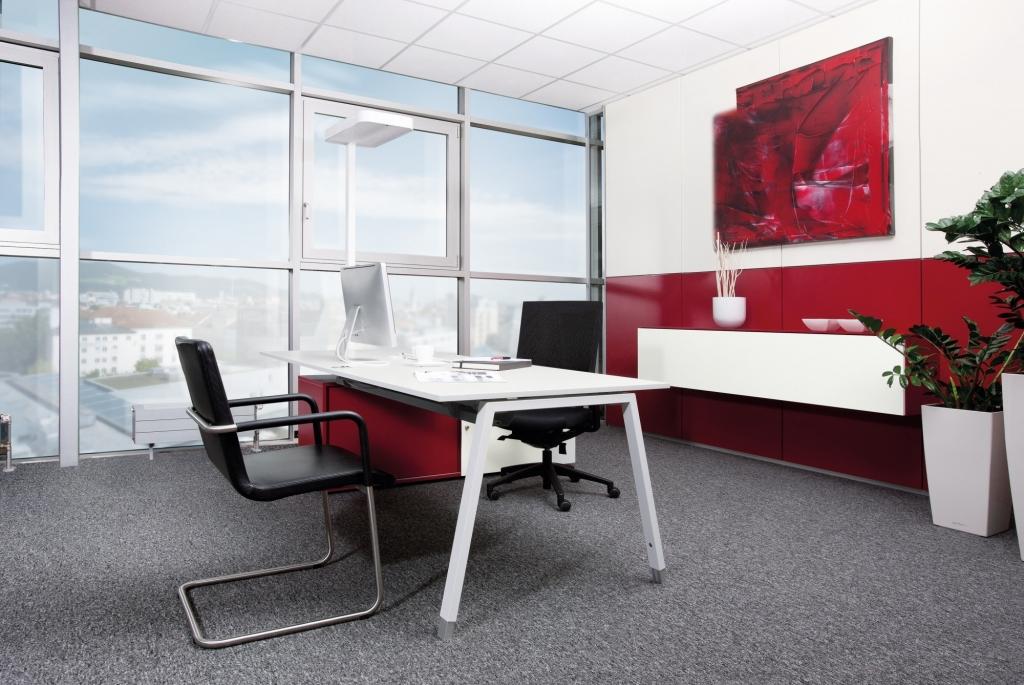 Arbeitsplatz mit Rechtecktisch der Serie s400 mit A-Fuß Gestell in weiß und Tischplatte in weiß sowie Stauraum in den Farben Melamin weiß und rot.