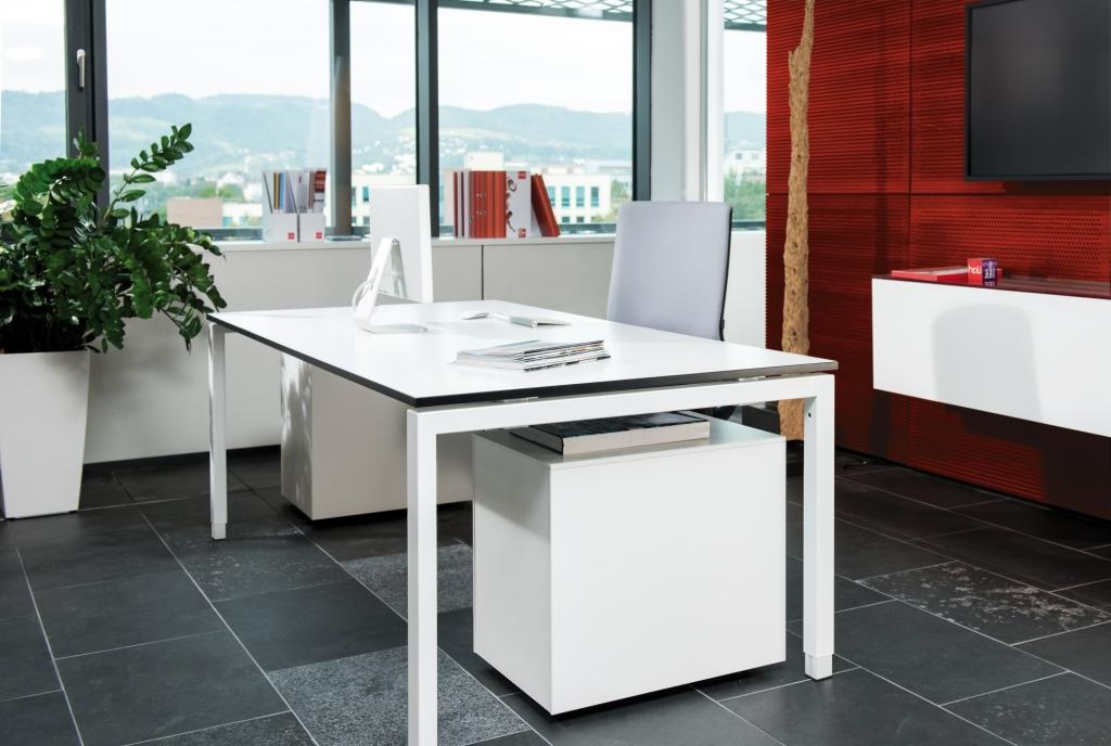 Arbeitsplatz mit Rechtecktisch der Serie s400 mit Tischgestell in weiß sowie Rollcontainer in Melamin weiß.
