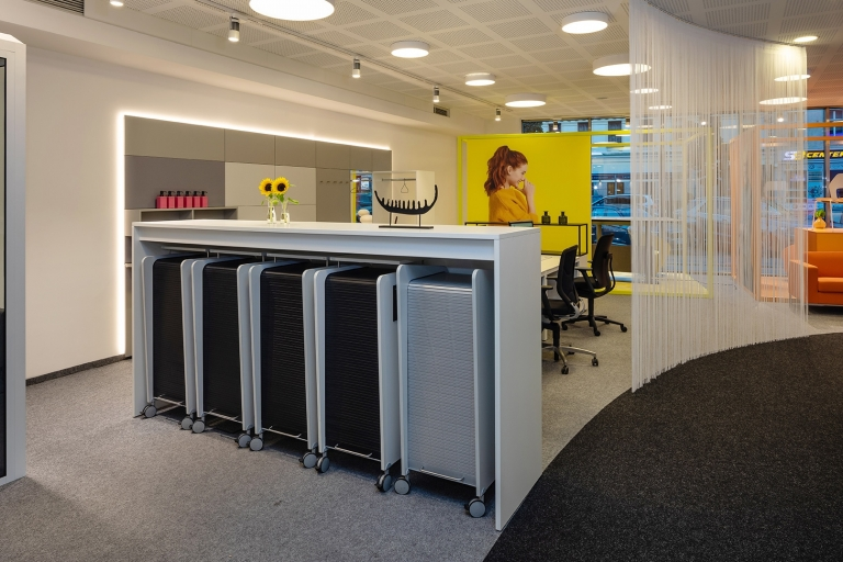 Bull-Station für mobiles Arbeiten in verschiedenen Melamin Ausführungen und mit Rollo in Silber.