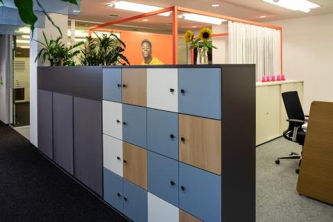 Schließfachschrank im Mitarbeiterbereich für abschließbaren Stauraum im Büro.