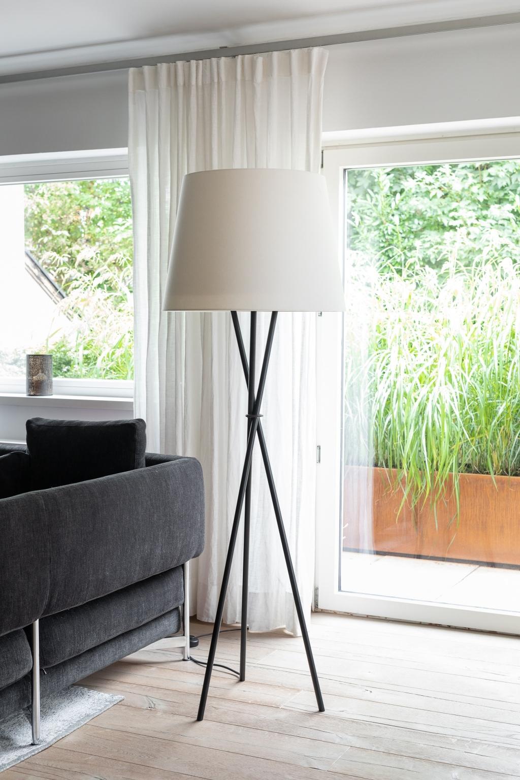 Loungebereich mit Stehleuchte Hailey in cremefarbener Schirm-Ausführung, LED-Licht und integriertem Aircleaner für gereinigte Luft.