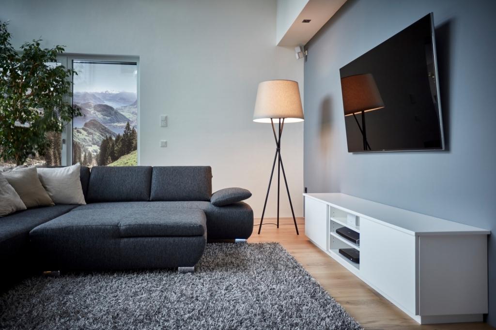 Wohnzimmer mit Stehleuchte Hailey mit cremefarbenen Schirm, LED Leuchte und Aircleaner für gereinigte Luft.