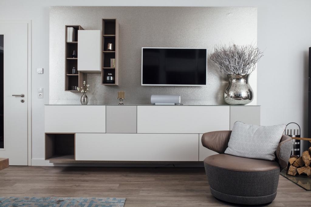 Wohnzimmer mit OZONOS mobiles Luftreinigungsgerät in der Variante weiß.