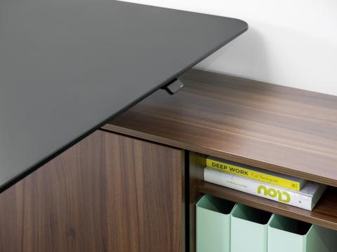 Nahaufnahme Sitz-Steh-Tisch s570 Bediensystem sowie Sideboard.