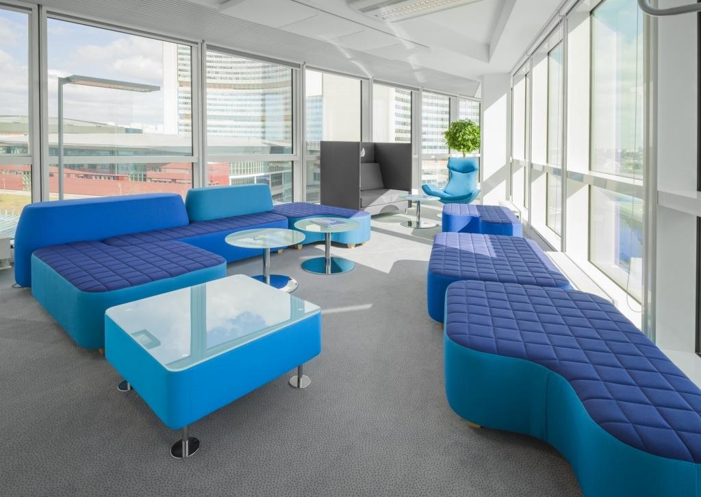 Ambientebild Loungebereich mit bequemen Loungemöbel unterschiedlicher Ausführung in blau.