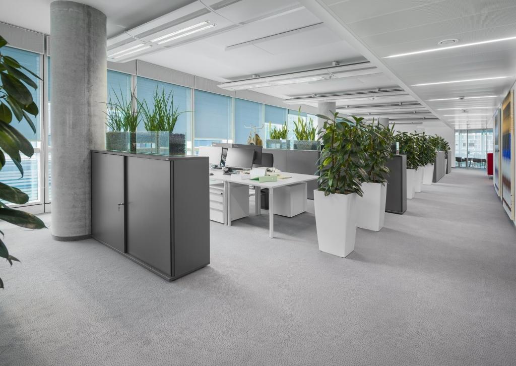 Open Space Office mit Arbeitstischen s110 in Melamin bright grey und Schiebetürenschränke in Melamin dark grey.