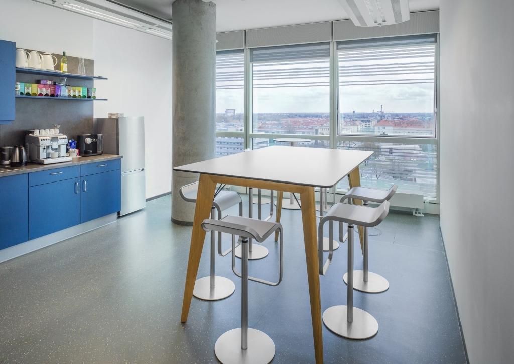 Mitarbeiterküche ausgestattet mit dem Stehtisch m600 sowie Barhockern.