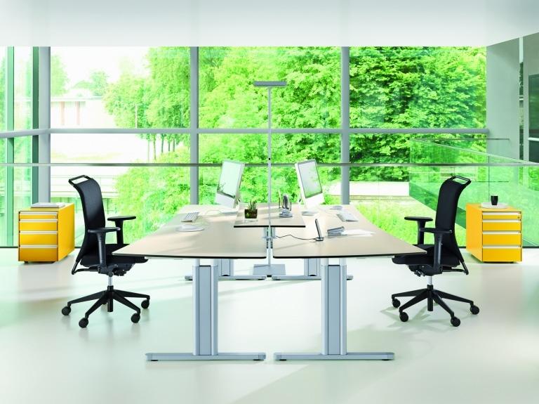 Doppelarbeitsplatz mit Arbeitstischen der Serie s400 mit T-Fuß Tischgestell in Silber und Tischplatte in Holzoptik.