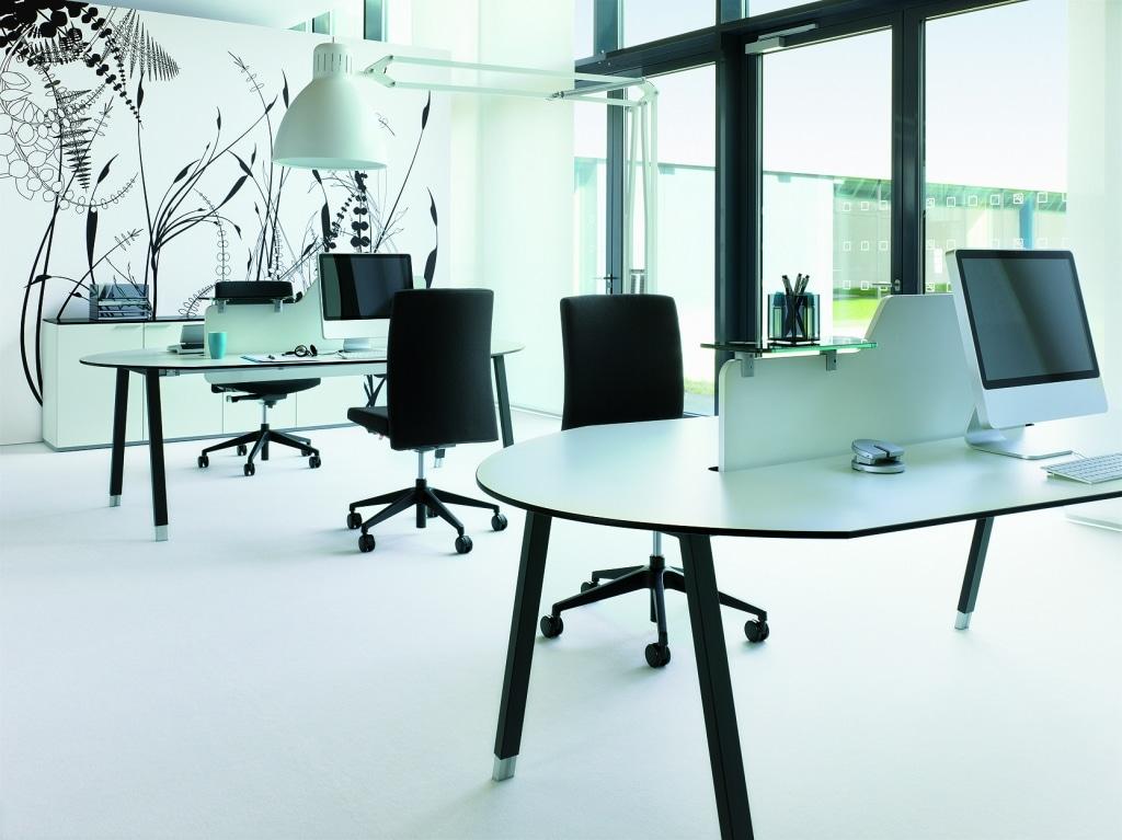 Großraumbüro ausgestattet mit Arbeitstischen der Serie s400, mit schwarzem A-Fuß Gestell und Compactplatte in weiß sowie gepolsterten Drehstühlen.