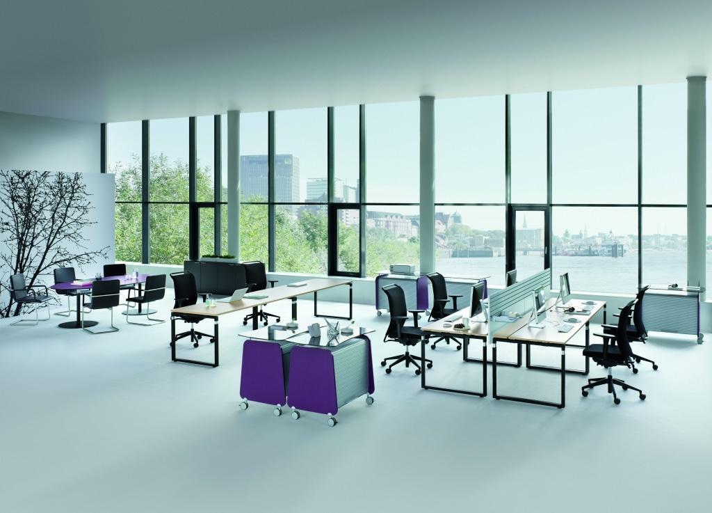 Arbeitsplatzkombination mit Arbeitstischen der Serie s500 mit schwarzem Tischgestell und Tischplatte aus Melamin in Holzoptik, sowie Sichtschutz für mehr Privatsphäre.