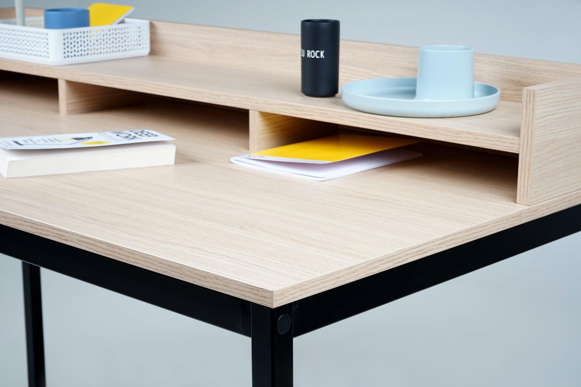 Tischdetail von einem schwarzen Tisch mit einer Tischplatte in Eiche für ein Homeoffice - Sekretär sk 60
