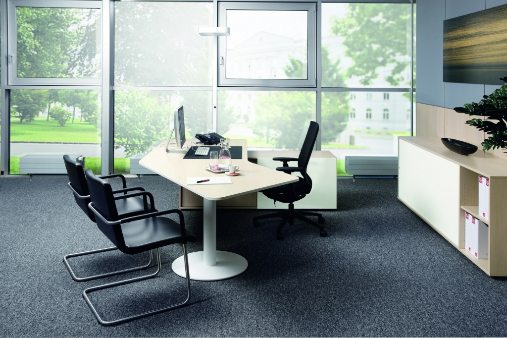 Managementbüro Consultertisch s570 in einer Bürosituation mit Besucherstühlen.
