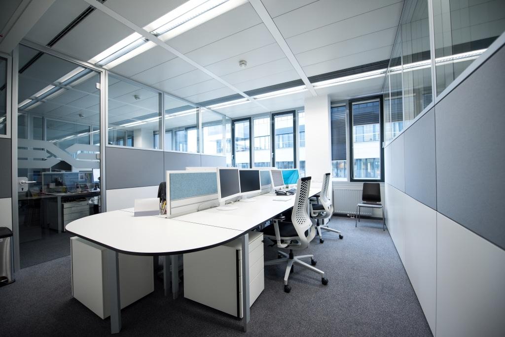 Arbeitsplatzkombination mit Sichtschutz und Pinnwand sowie Trennwandsystem RS11 Wänden. Arbeitstische gehören zur Produktserie s400 und wurden mit einem halbrunden Anbauelement erweitert.