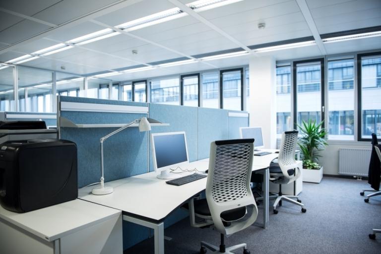 Arbeitsplätze mit Sichtschutz und Segemttisch s421 mit Tischgestell in der Farbe Aluminium sowie Tischplatte in weiß.