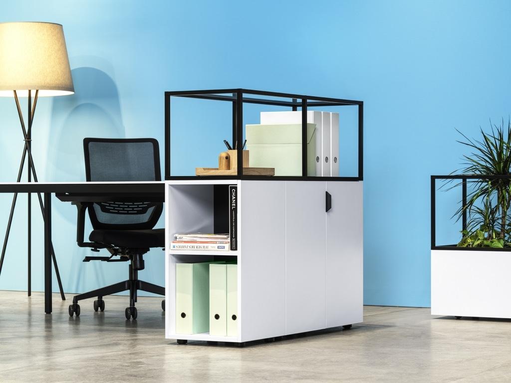 Arbeitsplatz mit Stauraum Framework Regal und Drehtürenschrank in Melamin weiß sowie Modulaufsatz in schwarz inkl. Stehleuchte Hailey.