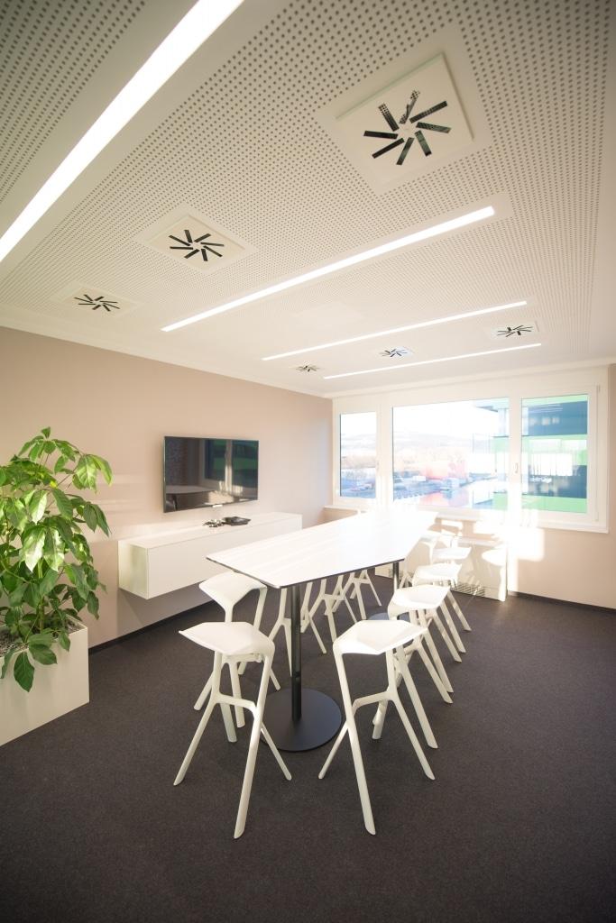 hali Büromöbel, Referenz, Referenzen, box, Barschrank, Medientechnik, Bistrotisch, Meeting, Cafeteria, Besprechung